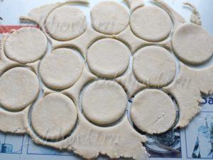Приготовление сахарного печенья из творожного теста