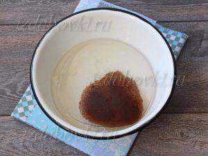 Жидкие ингредиенты для шоколадного кекса