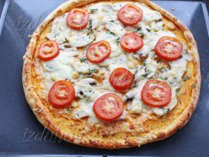 Готовая пицца с курицей и грибами