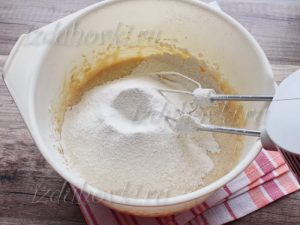 Замешивание теста для кекса на сметане