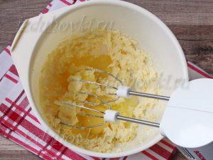 Добавление яиц в масляную смесь