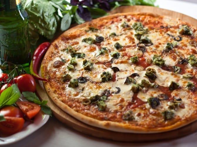 Пицца с ветчиной и колбасой