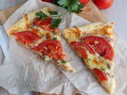 Простая пицца с колбасой и сыром